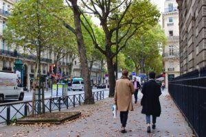 personnes marchant sur le trottoir dans Paris